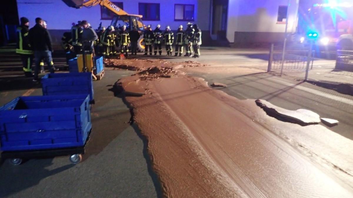 Guasto in fabbrica, una tonnellata di cioccolata finisce in strada
