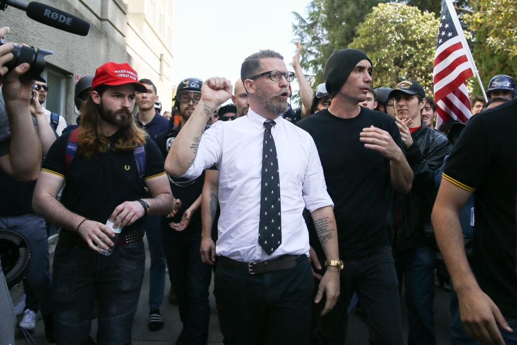 Il co-fondatore di Vice e esponente dell alt-right americana Gavin McInnes  (al centro) durante una manifestazione a Berkeley 9a3a5b94f25b